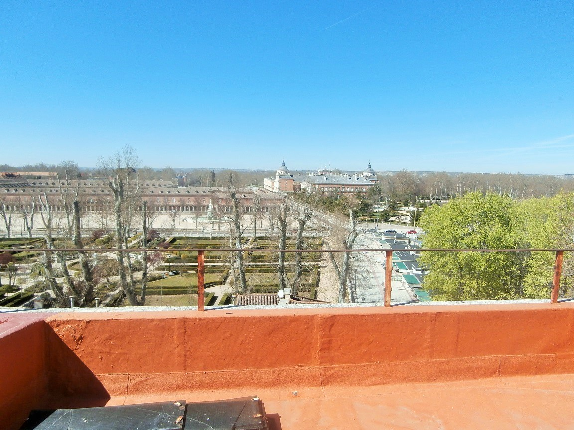 Piso exterior en C. Stuart (Aranjuez) con azotea con vistas a Palacio.